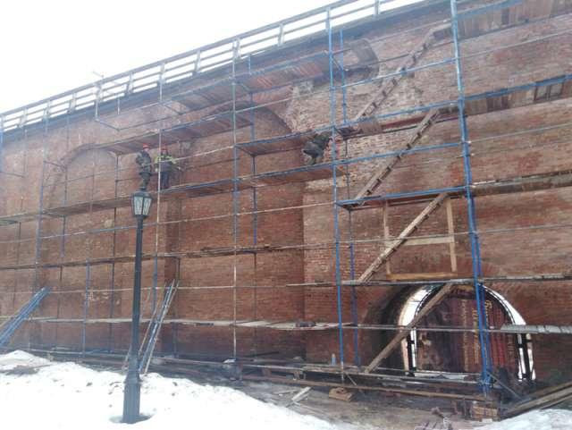 Главными задачами реставраторов станут гидроизоляция боевого хода на протяжении 800 погонных метров и вычинка кремлёвских стен на площади около 8 тысяч квадратных метров.