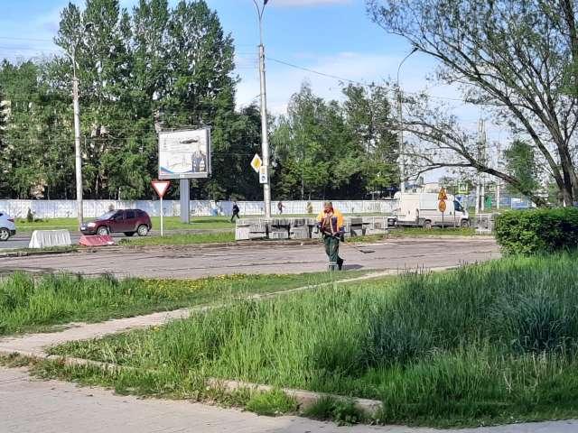 В прошлом году работы по понижению газонов ниже уровня бортового камня провели на улицах Кочетова и Корсунова.