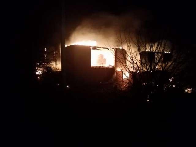 В результата пожара дом и хозяйственная постройка уничтожены полностью