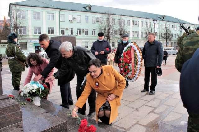 В честь годовщины в Старой Руссе прошло возложение цветов к стеле «Город воинской славы»