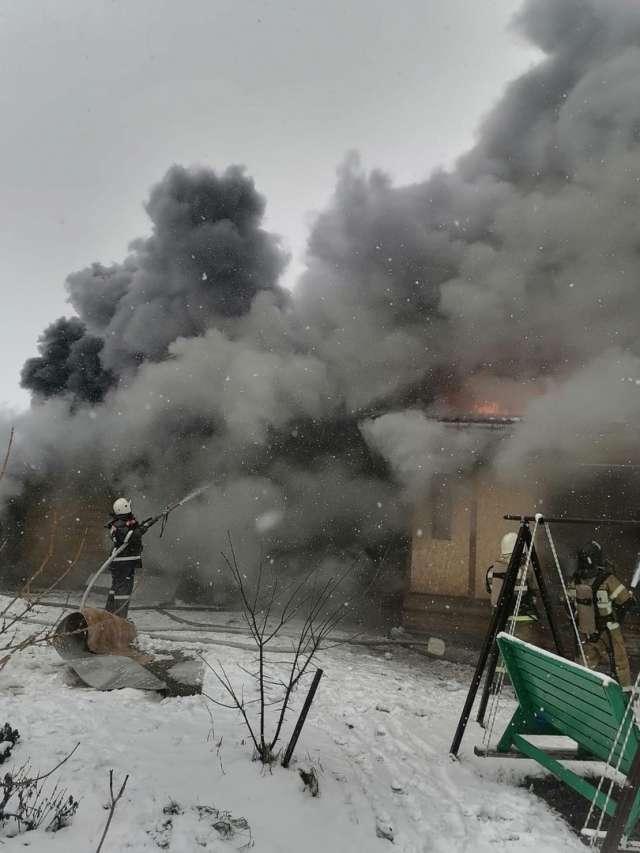 На момент прибытия пожарных подразделений  открытым пламенем горела кровля дома