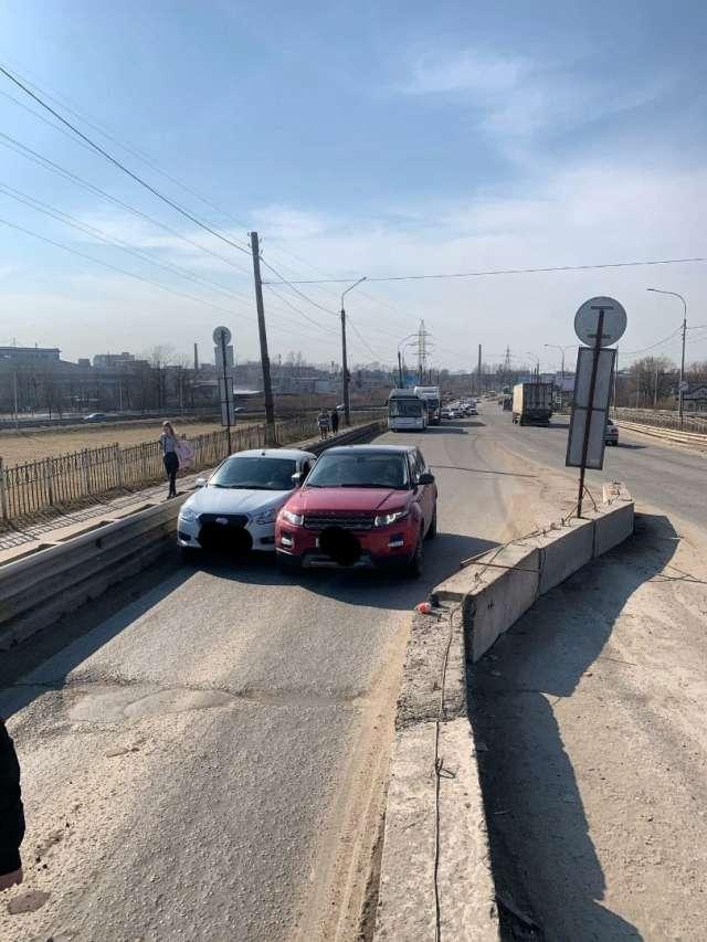 Авария на Колмовском мосту затруднила движение на переправе