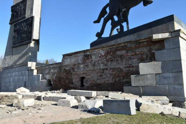 Рухнули гранитные плиты северной стены стереобата мемориального комплекса «Монумент Победы»