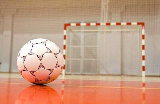 Возведение спорткомплекса в Сольцах началось в апреле 2020 года, но районные власти дважды расторгали контракт со строителями.