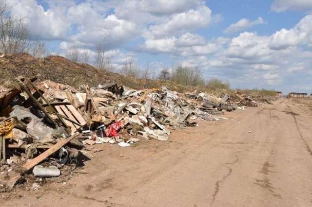 В Псковском микрорайоне Великого Новгорода устроена несанкционированная свалка твердо-бытовых отходов.