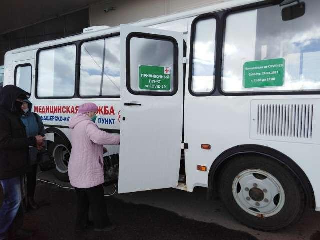 У передвижного пункта вакцинации от коронавируса в Великом Новгороде выстроилась очередь