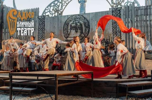 Более 40 актёров, вокалистов и танцоров проведут зрителей в мир легендарной истории о новгородском купце Садко