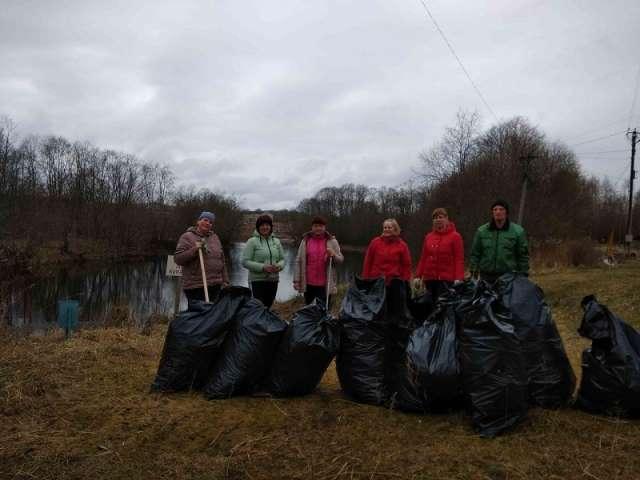Волонтёры убрали мусор в деревне Мельник Мошенского района