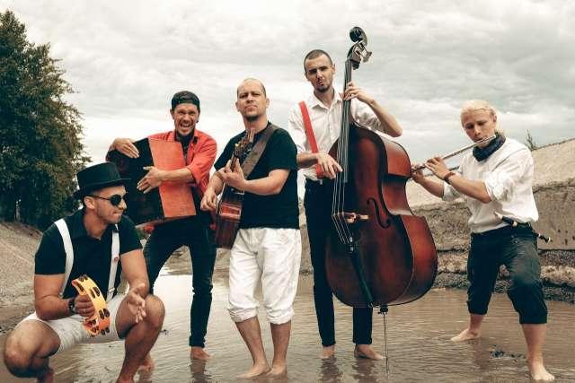 Среди участников музыкальной программы —коллектив «GREENWICH CovёrBand»