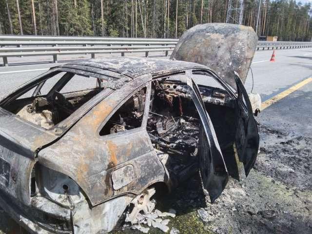 В результате происшествия транспортное средство полностью сгорело, водитель не пострадал.