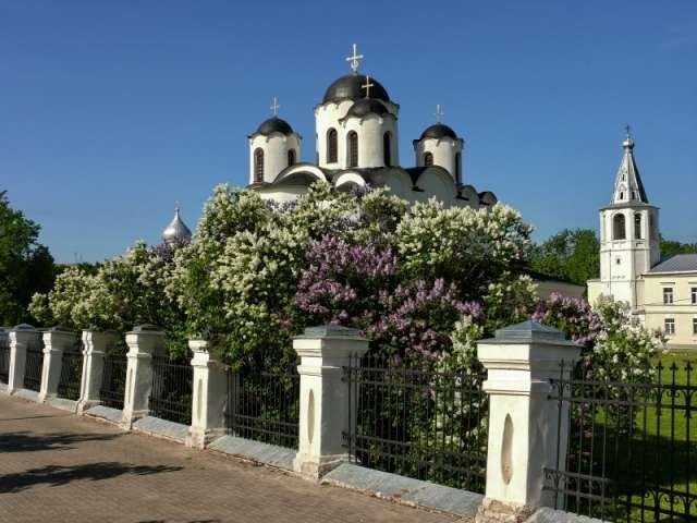 Новый аудиогид — это уникальная озвученная прогулка по Ярославову Дворищу, месту, где когда-то буквально бурлила средневековая торговля Руси с Ганзой