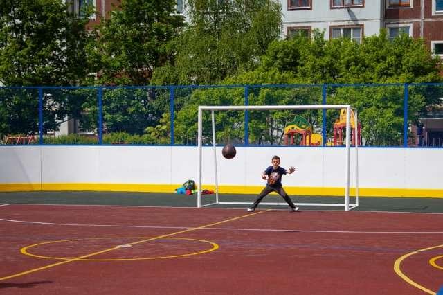 Площадка смонтирована на основе хоккейной коробки размером 20х40 метров со специализированным спортивным покрытием.