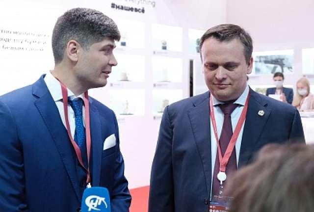 Соглашение подписали губернатор Андрей Никитин и заместитель генерального директора Боровичской картонно-бумажной фабрики Геворг Сафарян.