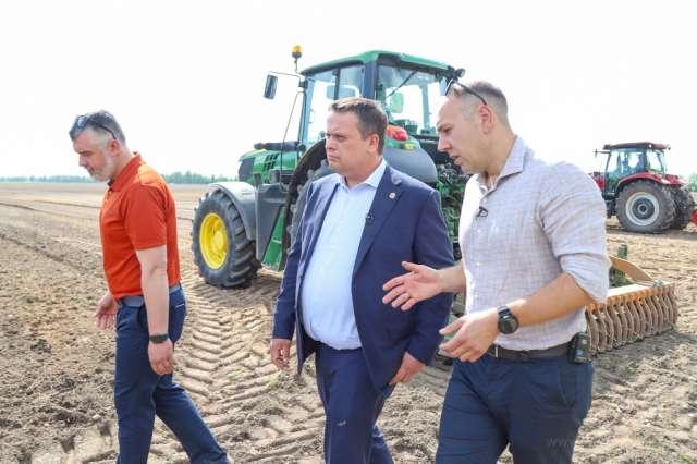 В прошлом году четыре хозяйства, занимающиеся семеноводством картофеля, произвели из микрорастений 370 тысяч мини-клубней картофеля семи сортов.