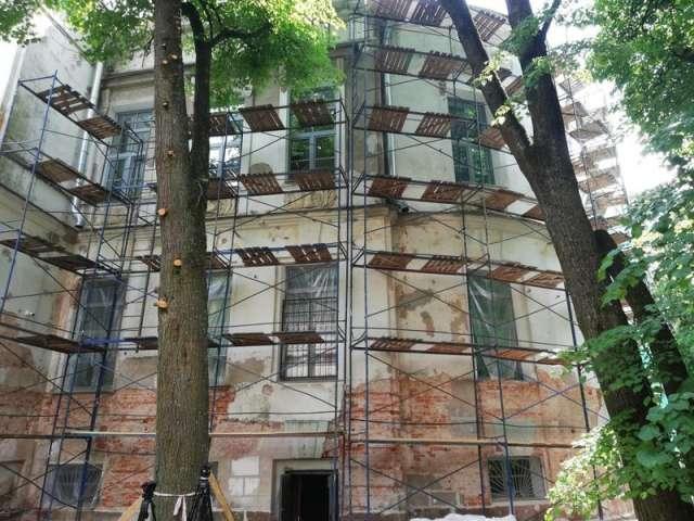 Ремонт фасада ведёт компания «Мегаполис», по итогам аукциона она снизила цену ремонтно-восстановительных работ с 20,4 млн до 17,3 млн рублей.