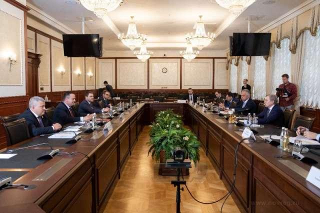 На встрече обсуждалась возможность улучшения габаритов водного пути для обеспечения перевозок пассажиров внутренним водным транспортом между Великим Новгородом и Старой Руссой.