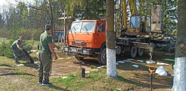 Работы по укреплению основания и установке стелы на мемориале, посвященном подвигу якутских стрелков у деревни Буреги Старорусского района.