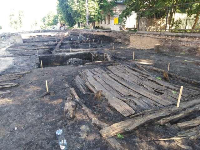 Археологи обнаружили на Ильиной улице в Великом Новгороде крупные участки древней мостовой