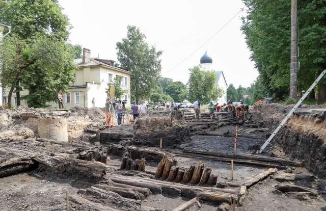На Ильиной улице в Великом Новгороде археологи нашли деревянную мостовую XIV века