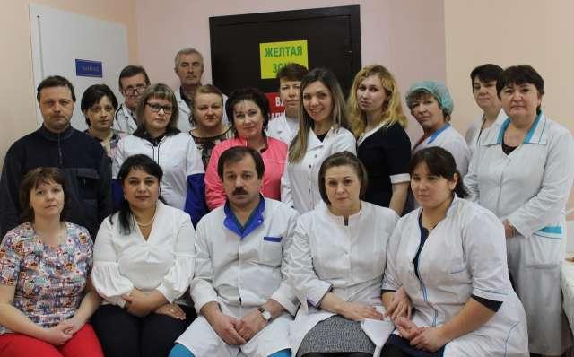 Медицинский персонал ковидного отделения, которое было открыто на базе Солецкой ЦРБ в период «второй волны» заболеваемости коронавирусной инфекцией. Помощь здесь оказывали 18 человек: 5 врачей, 5 медицинских сестер и 8 санитарок