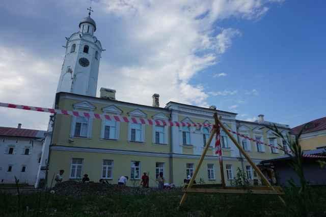 В Новгородском кремле возобновили раскопки на территории Владычного двора