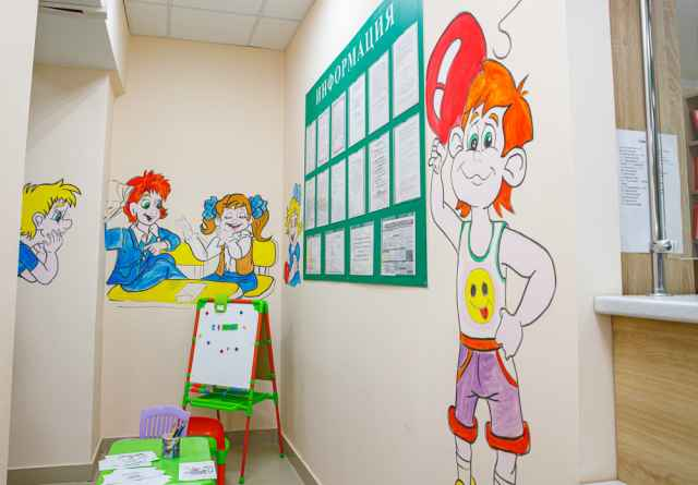 Теперь в Старой Руссе малыши, пока ждут, когда их примет в поликлинике доктор, могут провести время в играх и в компании таких вот разноцветных персонажей.