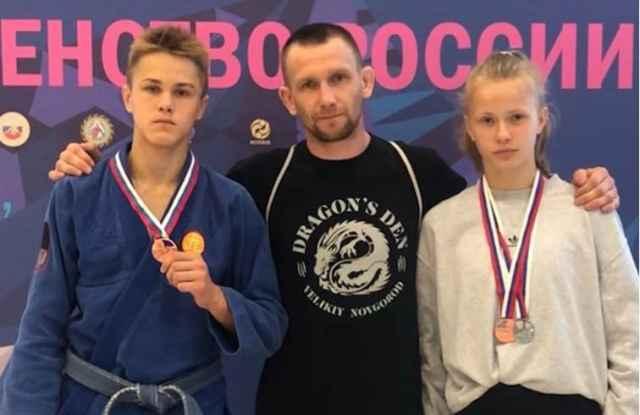 Владислав Сафонов и Дана Браткова со своим тренером Антоном Фёдоровым.