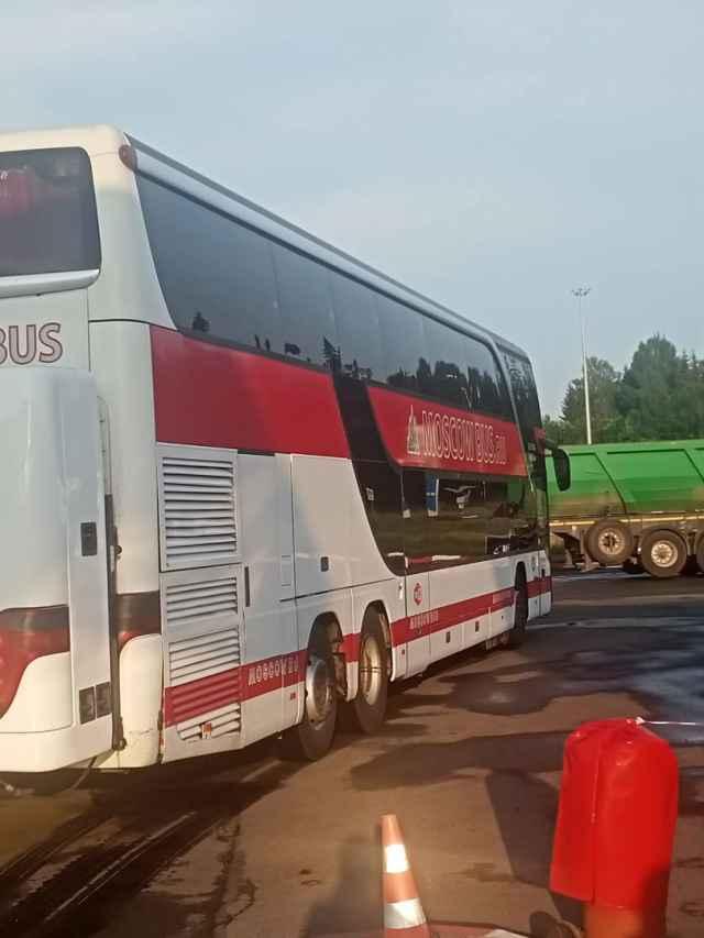 После долгих часов ожидания туристы из Санкт-Петербурга смогли покинуть Окуловку на новом автобусе