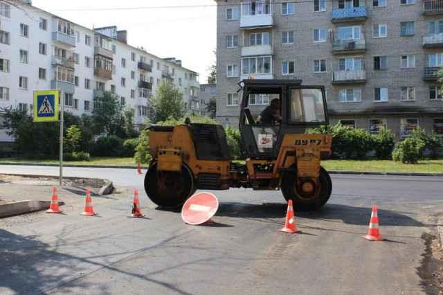 Администрация Великого Новгорода заключила контракты на ремонт дорог в 2022 году с компаниями «Солид» и «Строй-капитал».