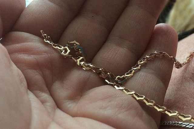Позднее шимчанка всё-таки вернула свою цепочку с крестиком и подвеской. Как оказалось, находку обнаружила уборщица, которая передала её в регистратуру поликлиники.