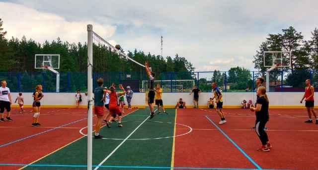 На площадке можно играть в футбол, баскетбол и волейбол.