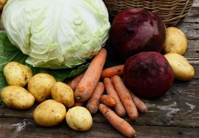 На встрече обсуждали меры по снижению стоимости так называемого «борщевого» набора: капусты, лука, картофеля, моркови и свёклы, а также огурцов и помидоров.
