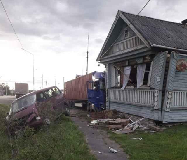 47-летний водитель на фуре «ДАФ» врезался в микроавтобус, опору линии электропередачи и деревянный жилой дом в деревне Долгий Мост.