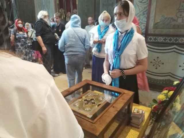 Новгородцы пришли поклониться мощам Александра Невского в Софийском соборе