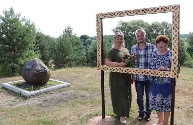 Фото в рамке на фоне живописной природы и камня Пришвина.