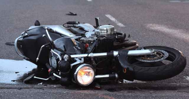 Мотоциклист с травмами, в том числе черепно-мозговой, доставлен в  Новгородскую областную клиническую больницу.
