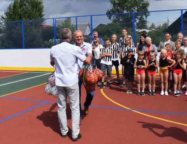 В дополнение к универсальной площадке школа №1 получила ещё и спортивный инвентарь.