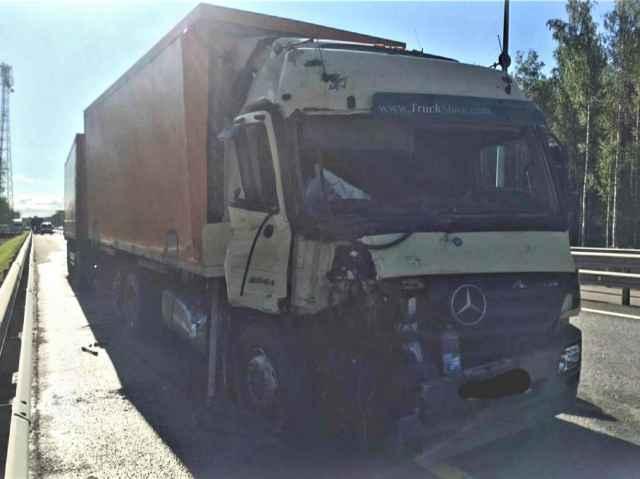 После столкновения «МАЗ» наехал на металлическое барьерное ограждение.