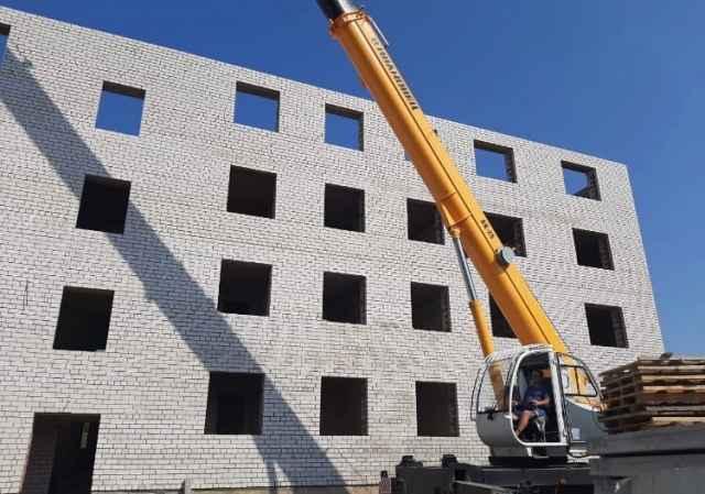 В  Угловском городском поселении многоквартирный дом уже на стадии устройства крыши.