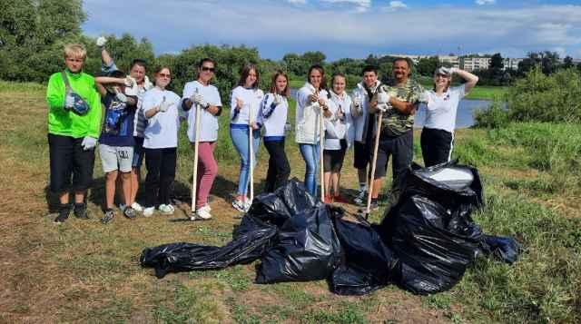 Добровольцы собрали около 10 кг мусора.