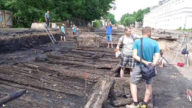 Реконструкция Ильиной улицы уже подарила исследователям три берестяные грамоты.