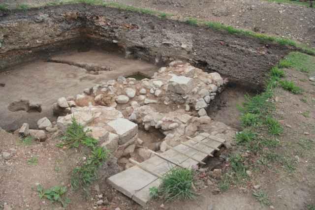 В этой части новгородского Детинца до строительства храма велась хозяйственная деятельность