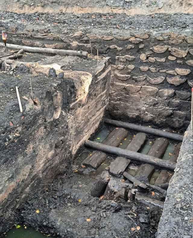 Берестяная грамота №1139 обнаружена в предматериковых слоях Великого Новгорода.