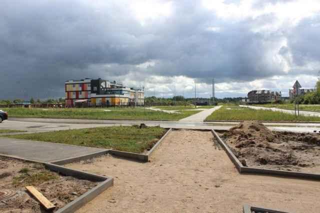 Подход к новому корпусу детского сада №81 «Солнышко» должен быть освещен, обустроен тротуаром, велодорожкой.