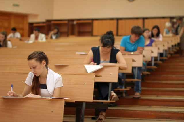Миниобразования рекомендует вузам организовывать сессию для привитых и непривитых студентов раздельно.