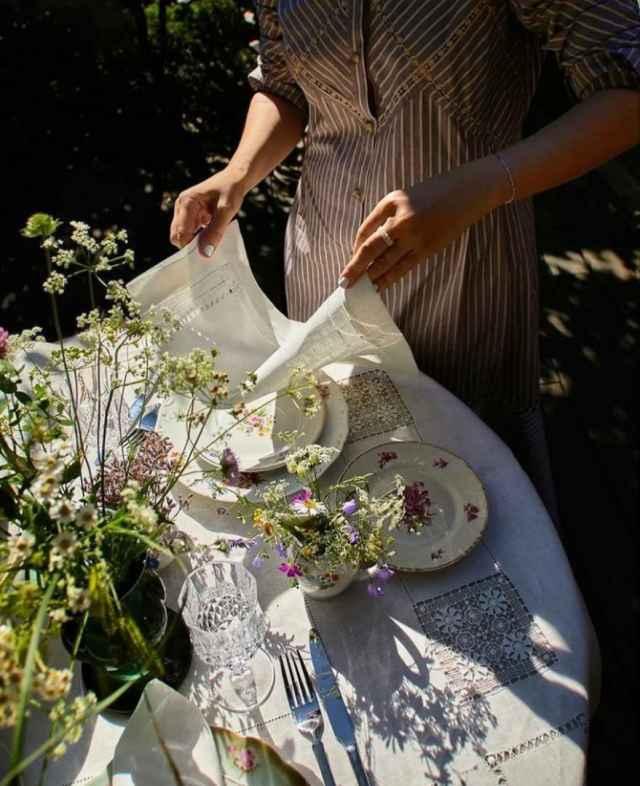 Традиционная для крестецкой строчки вышивка «белым по белому» делает коллекцию «Достоевский» особенной