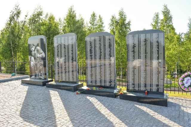 Заседание началось с награждения участников проекта за вклад в расследование и обнародование трагедии мирных жителей, погибших в годы войны у деревни Жестяная Горка Батецкого района, и создание на этом месте мемориального комплекса