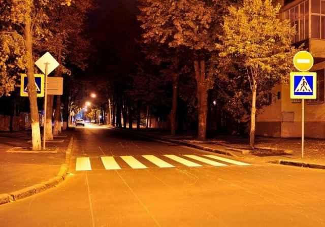 Дополнительное освещение пешеходных переходов осуществляется по  муниципальной программе «Совершенствование и содержание дорожного хозяйства Великого Новгорода на 2017-2023 годы».