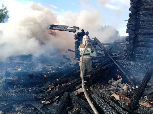 На момент прибытия пожарных подразделений открытым пламенем горел дом и баня, существовала угроза соседним строениям.