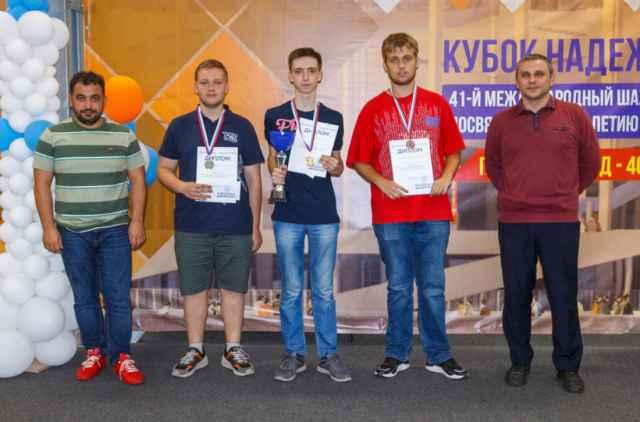 Григорий Потапов – второй слева